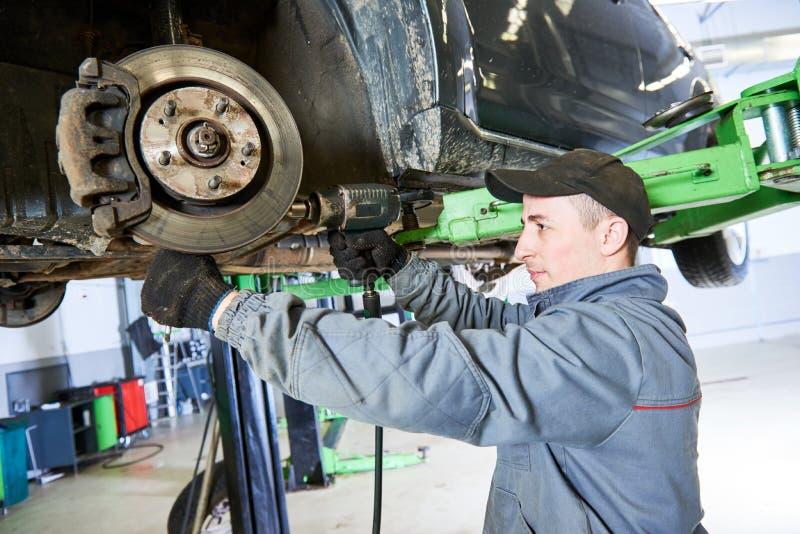 汽车修理服务 技工与汽车停止一起使用 免版税图库摄影
