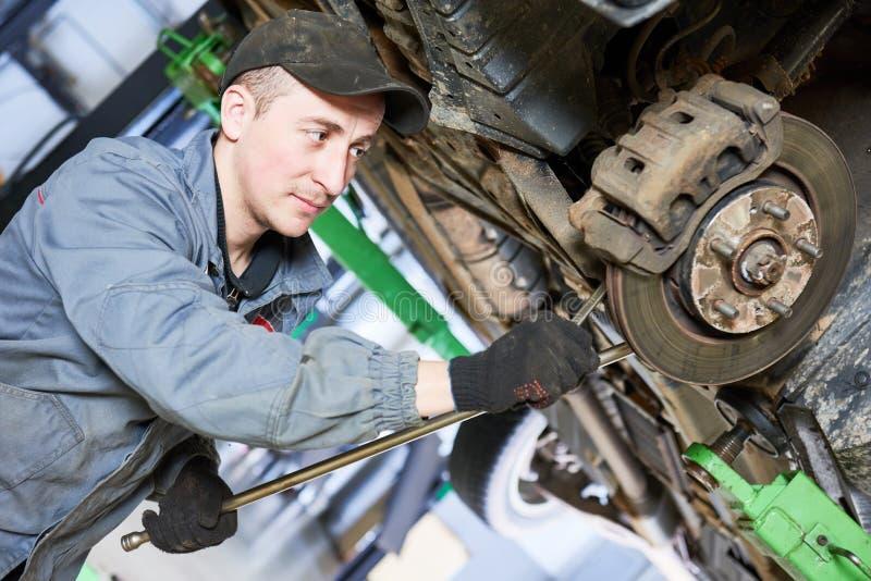 汽车修理服务 技工与汽车停止一起使用 免版税库存照片