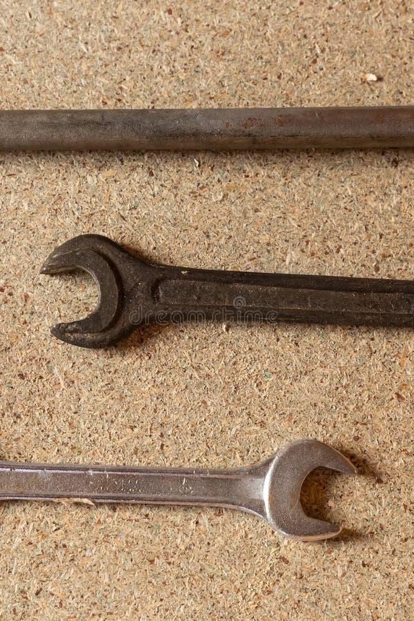 汽车修理 为修理板钳的工具在轻的背景,三把钥匙说谎 免版税图库摄影