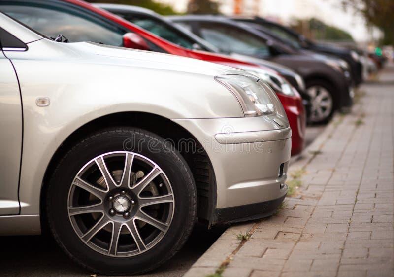 汽车停车处在城市 免版税库存照片