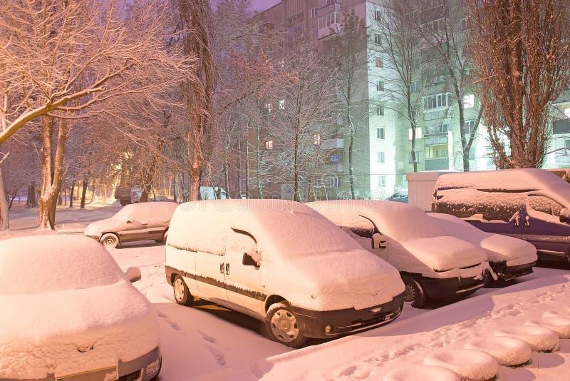 汽车光在后院的在黑暗的有雾的冬天夜 免版税库存照片