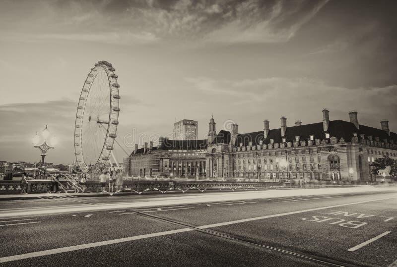 汽车光沿有伦敦地标的威斯敏斯特桥梁落后 库存照片