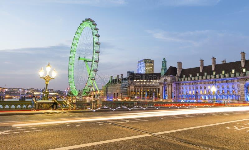 汽车光沿有伦敦地标的威斯敏斯特桥梁落后 免版税库存图片
