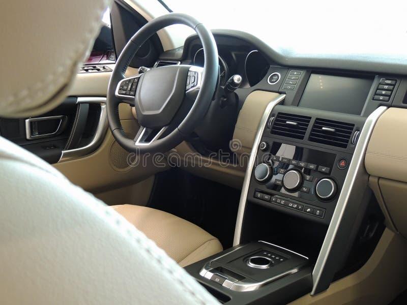 汽车内部与米黄色的皮革和铝修剪 免版税库存照片