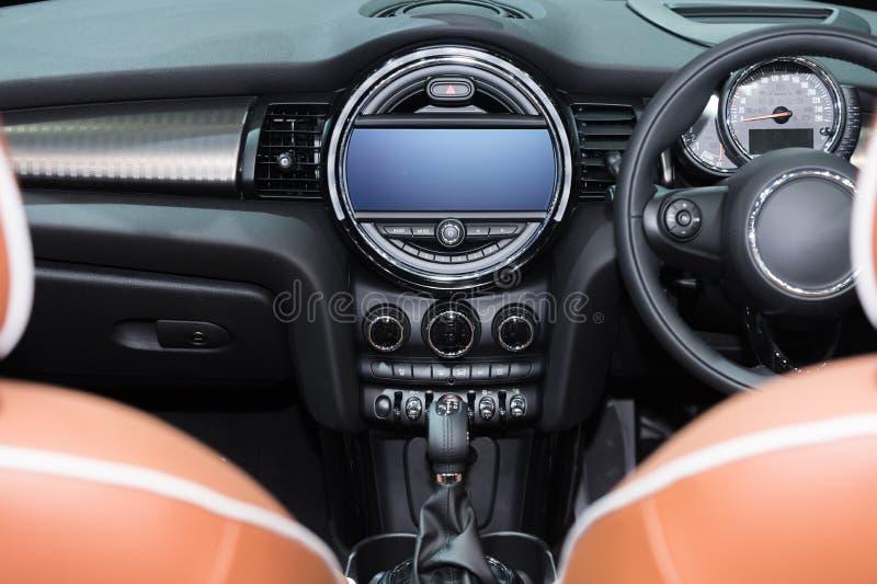 汽车内部看法  现代技术汽车仪表板,收音机和 库存图片