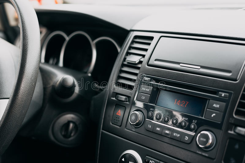 汽车内部,控制板,仪表板,无线电系统 免版税库存图片