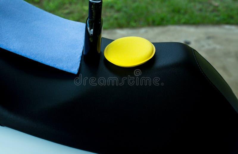 汽车刮水器雪米布, Microfiber布料,与干净的摩托车的海绵 库存照片