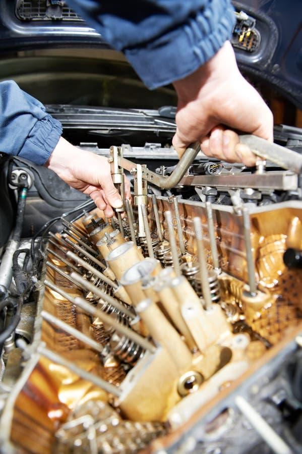 汽车发动机维修服务的Machanic安装工 库存照片