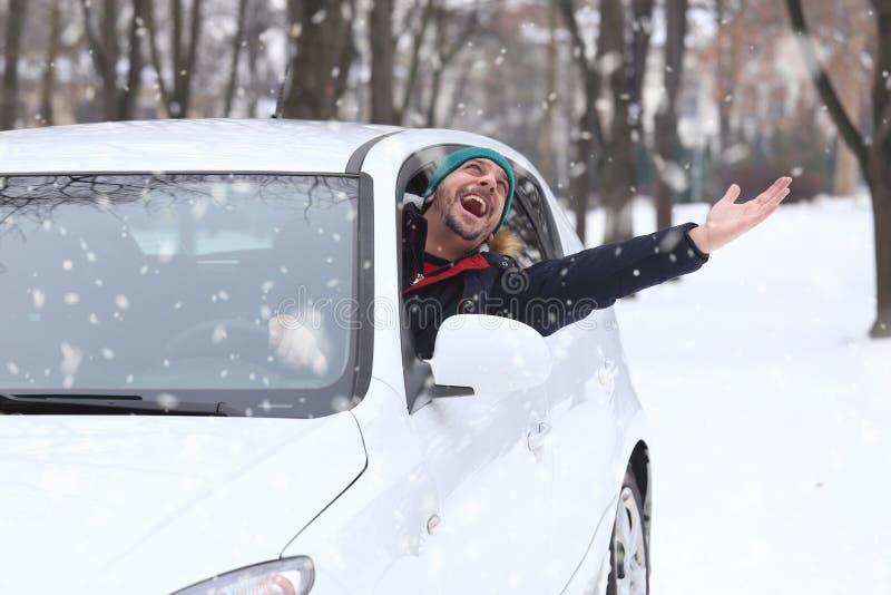 汽车司机画象与圣诞老人帽子的通过车窗enjoyin 免版税图库摄影
