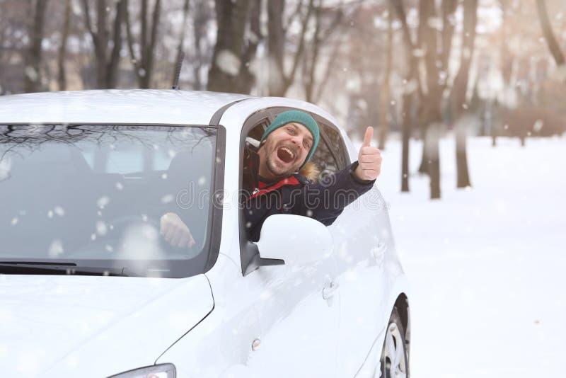 汽车司机画象与微笑圣诞老人帽子和赞许throug的 免版税库存照片