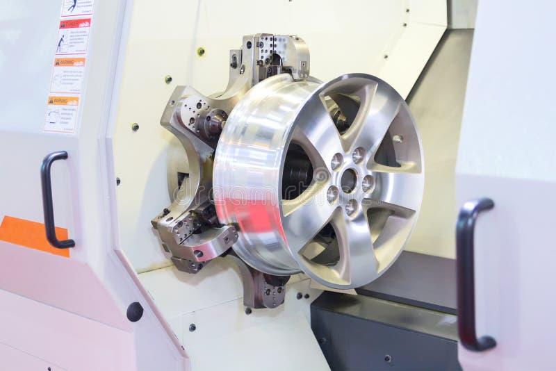 汽车合金由CNC车床的新的外缘碾碎和机器过程在wo 库存照片