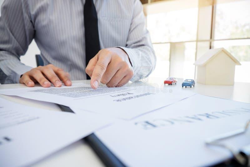 汽车和家庭保险概念,做标志保险f的顾客 免版税库存图片