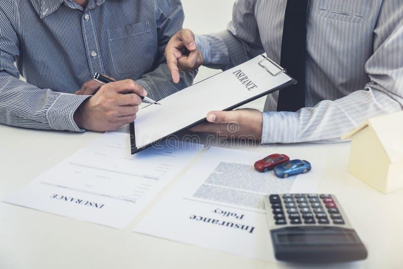 汽车和家庭保险概念,经纪代理提出和负面因素 免版税库存图片