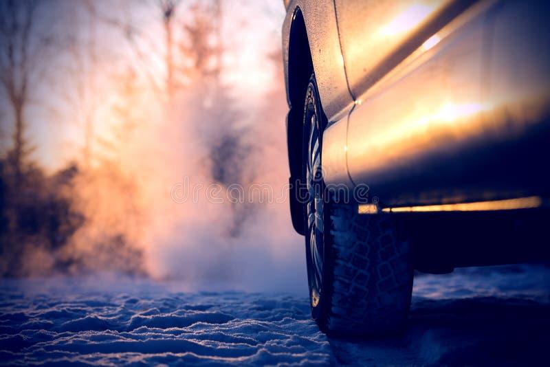 汽车和强有力的排烟在天空中在芬兰 免版税库存照片