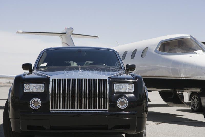 汽车和飞机在机场 免版税库存图片