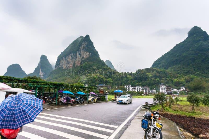 汽车和滑行车停车场临近门到村庄 库存照片