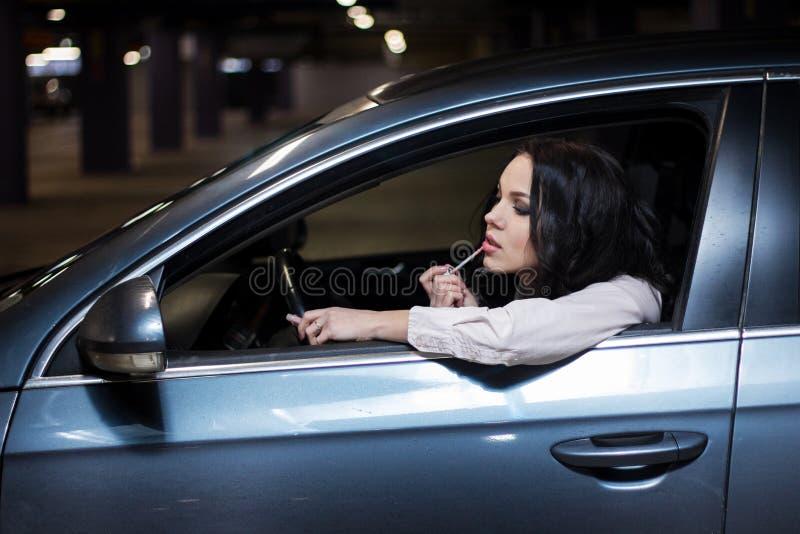 汽车唇膏的可爱的妇女 库存照片