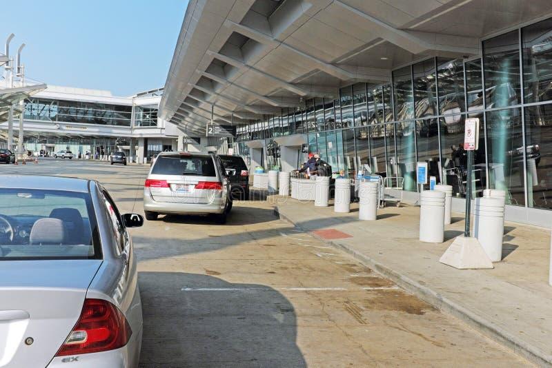 汽车在下车终端开过来在克利夫兰霍普金斯国际机场在克利夫兰,俄亥俄,美国 库存照片