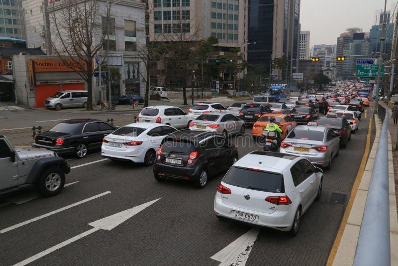 汽车在交通堵塞黏附了在城市中间 图库摄影