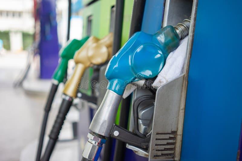 汽车在减少使用常规能源全球性变暖污染的石油分配中心旅行概念的燃料分配器和 免版税库存图片