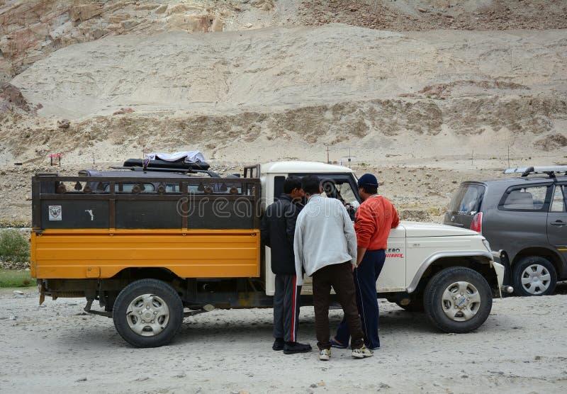 汽车在小山在张La通行证,印度停止 免版税图库摄影