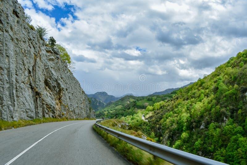 汽车在山路的速度感觉,阿斯图里亚斯 免版税库存照片