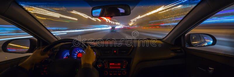汽车在晚上移动 库存照片