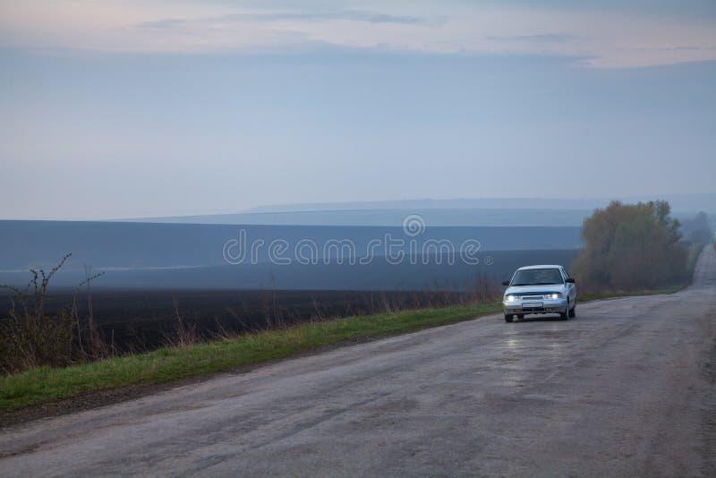 在被铺的路的汽车乘驾 免版税库存图片