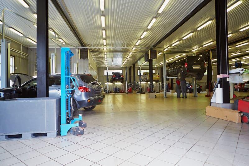 汽车在服务站车间  免版税库存图片