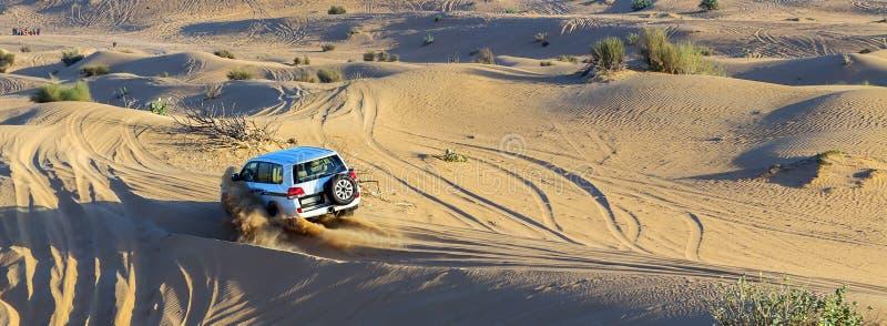 汽车在沙漠,越野汽车集会comp的沙子路追踪 免版税库存图片