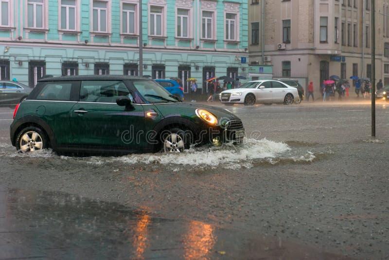汽车在深水去 免版税库存图片