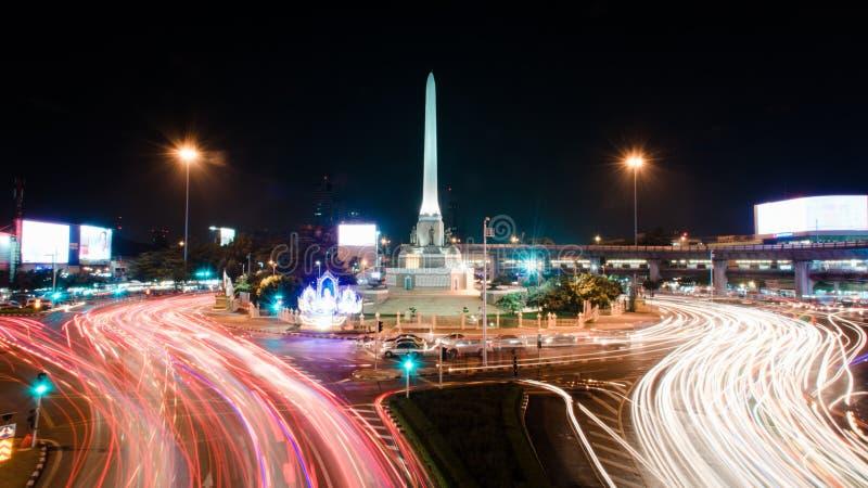 汽车在胜利纪念碑的晚上点燃 库存图片