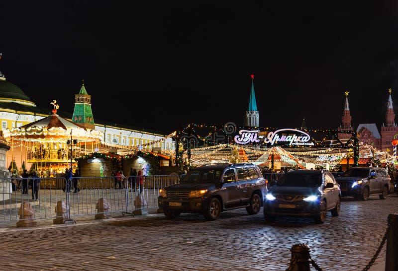 汽车在莫斯科临近在红场的圣诞节市场 免版税库存图片