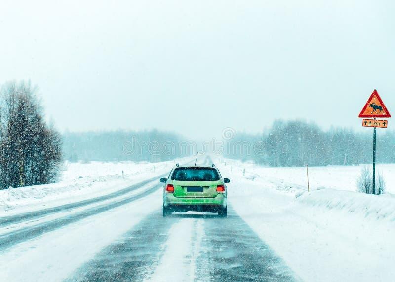 汽车在路冬天罗瓦涅米拉普兰,芬兰 免版税图库摄影