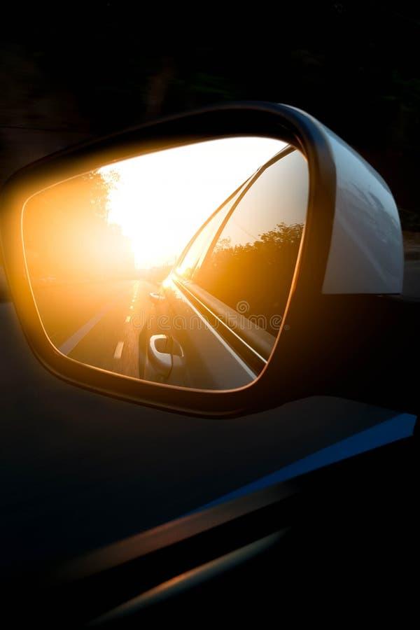 汽车在路的侧视图镜子 库存图片