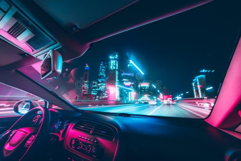 汽车在路的速度驱动在夜 免版税库存图片