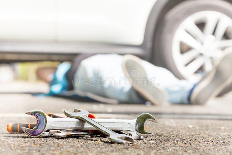 汽车在路面的修理工具堆  免版税库存图片