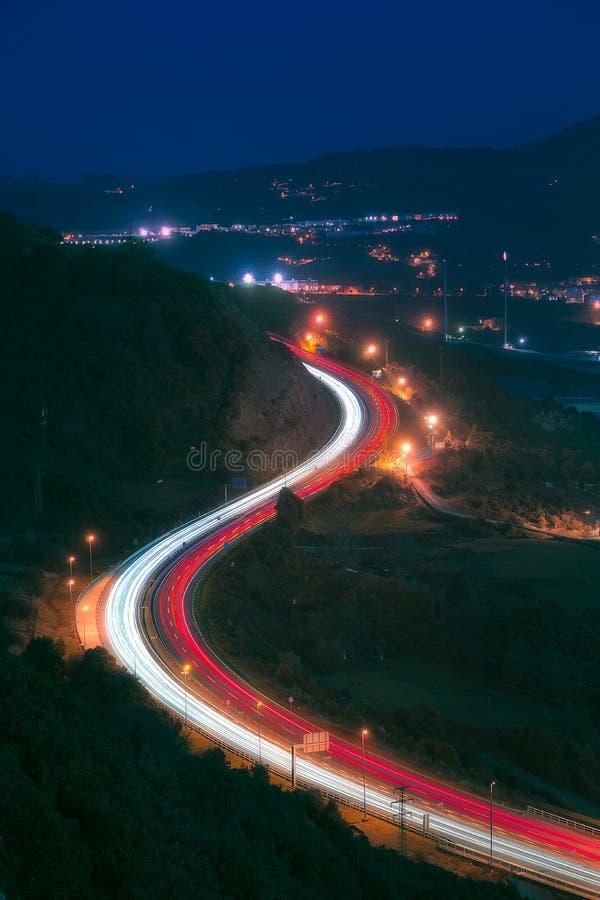 汽车在高速公路的光足迹在晚上 图库摄影
