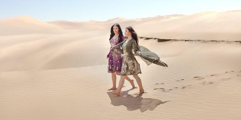 旅行在沙漠的兩個gordeous婦女姐妹 阿拉伯印地安電影明星圖片