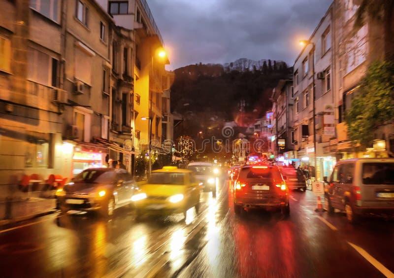 汽车城市点燃晚上多雨业务量 免版税库存照片