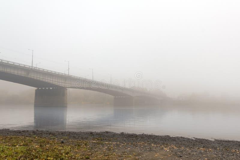 汽车大桥梁横跨一条镇静河舒展了,被包裹  库存图片