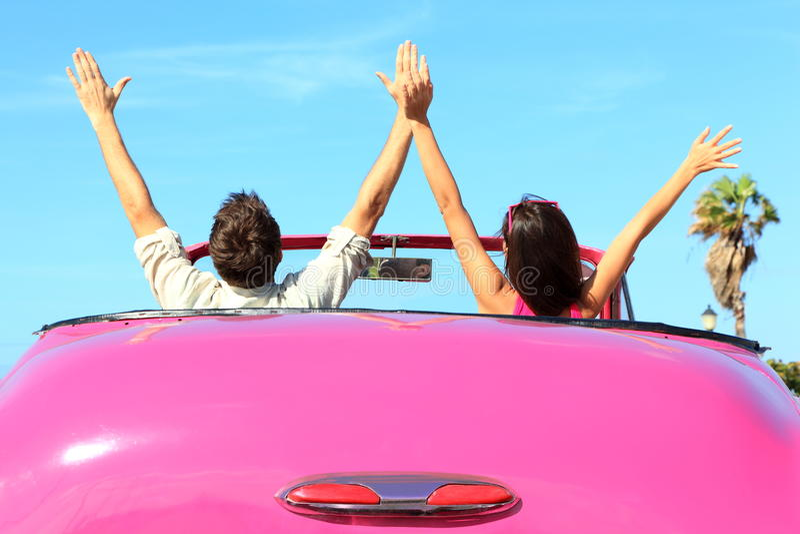 汽车夫妇释放愉快的自由 免版税图库摄影