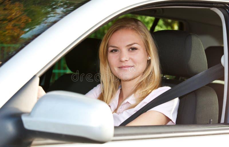 汽车她的妇女年轻人 图库摄影