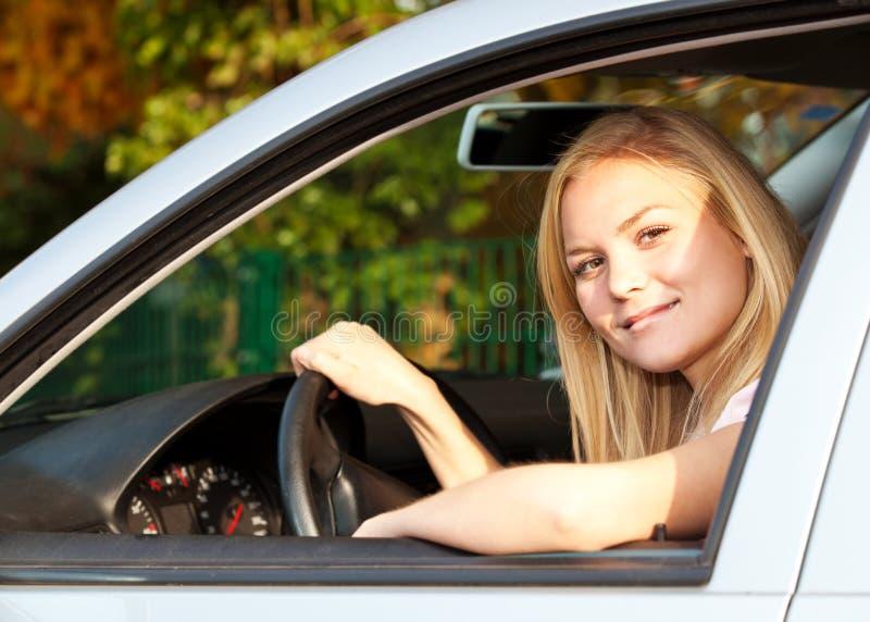 汽车她的妇女年轻人 库存照片
