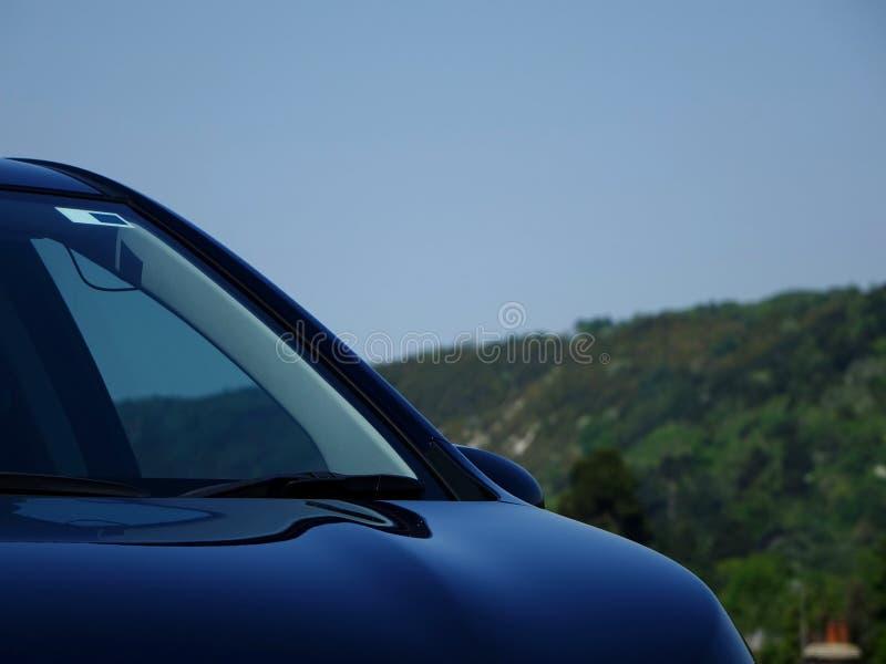 汽车帽子和挡风玻璃部分 库存图片