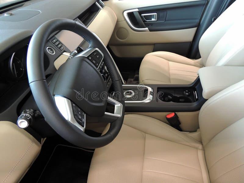 汽车座位和仪表板整理了米黄皮革和铝 库存照片