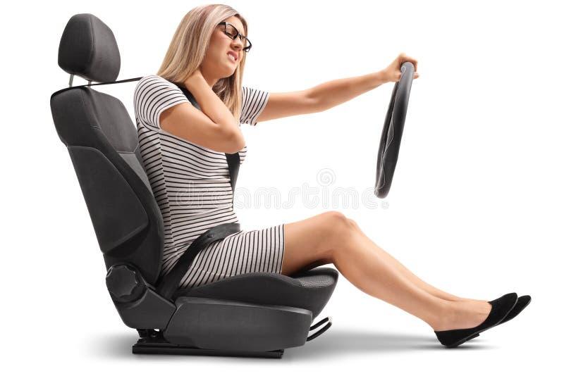 汽车座位的少妇体验脖子痛的 免版税库存图片