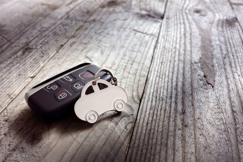 汽车形状钥匙圈和无键的词条遥控 库存照片