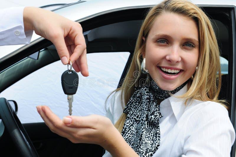 汽车愉快的关键接受妇女 库存照片