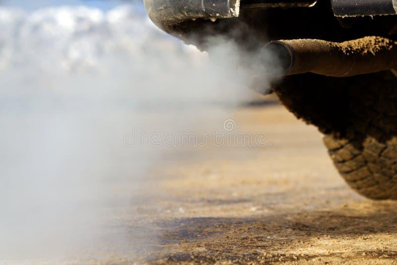 汽车排气管烟 免版税库存图片